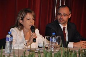 Dra. Fábia Sacco como presidente de mesa com o palestrante Dr. André Luiz de Almeida Mendonça (AGU)